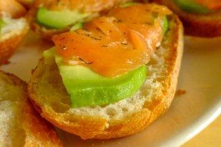 tostas-de-salmon-ahumado-con-aguacate