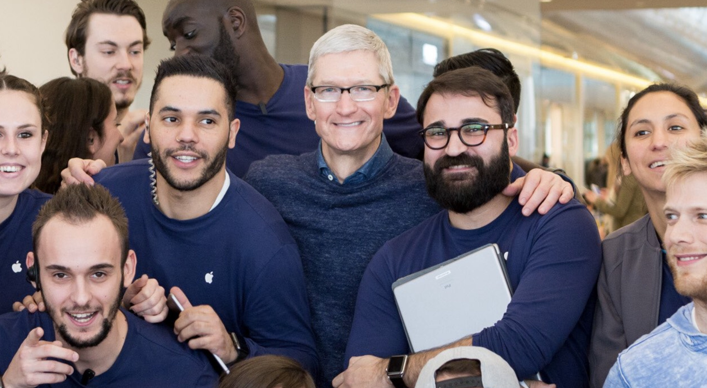 Apple Terrasse Du Port Marseille Tim Cook Makes Surprise Visits To France Apple Stores Mingles