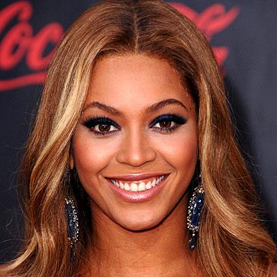 Beyonce wearing navy eyeliner. Image from In Style.