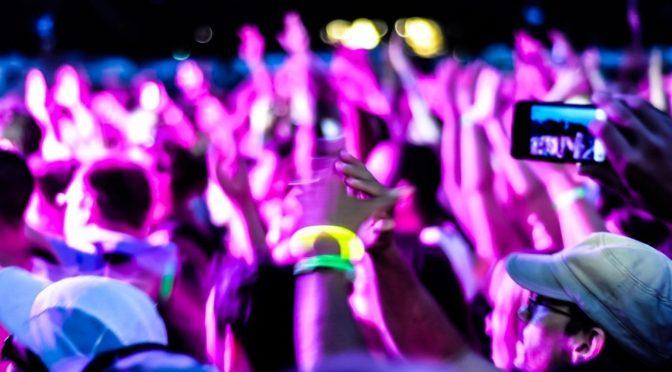 mhaithaca-thumm-app-ios-iphone-new-launch-event-crowd-audience-people-smartphone-happy-night-concert-dancing-crop