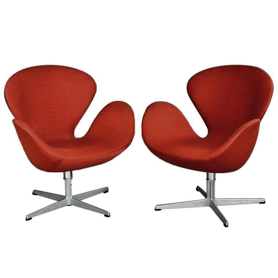 A Pair Of Vintage Danish Swan Chairs Arne Jacobsen Fritz Hansen At 1stdibs