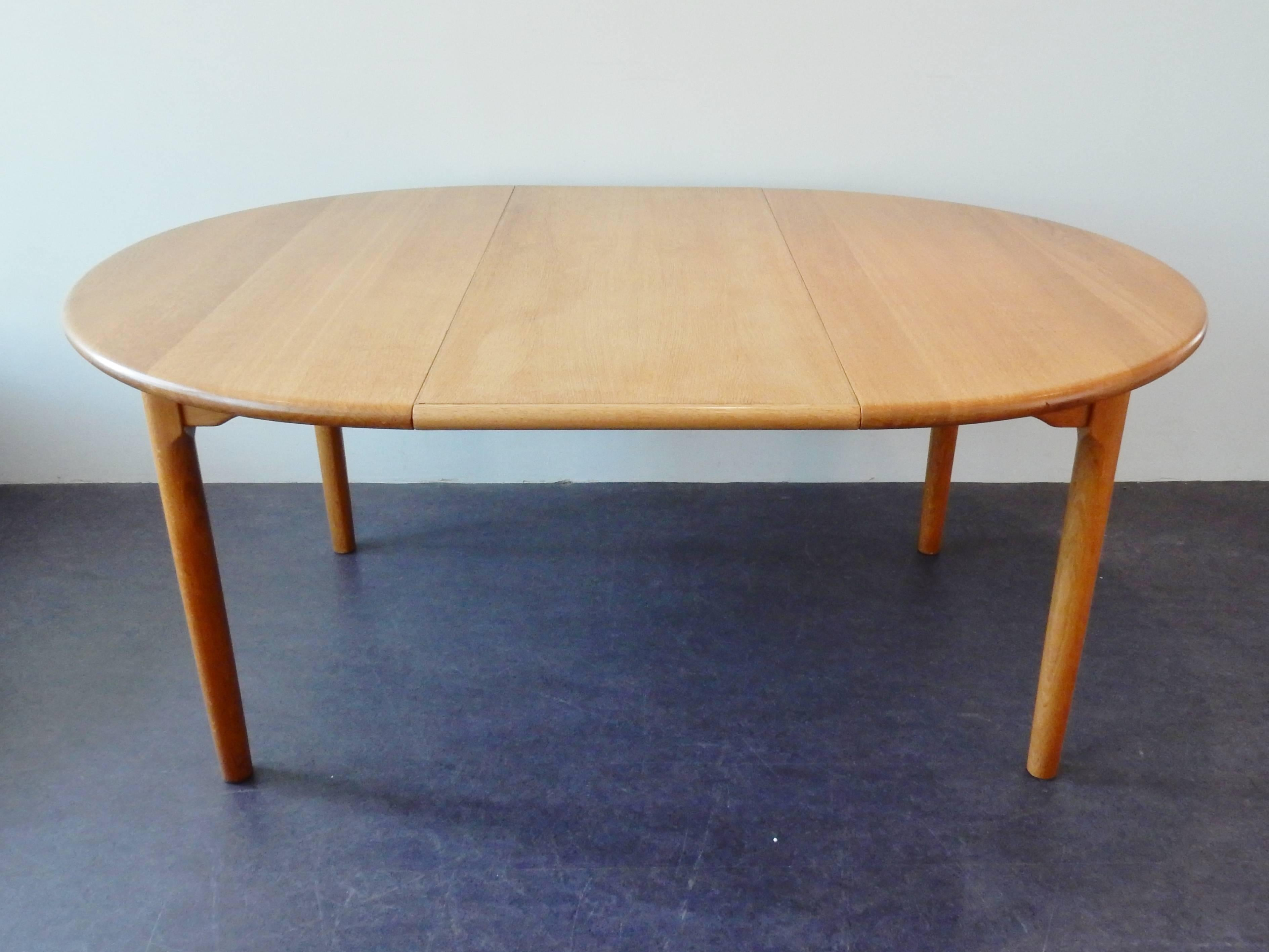 Round Extendable Dining Table In Oak By Kp Mbler