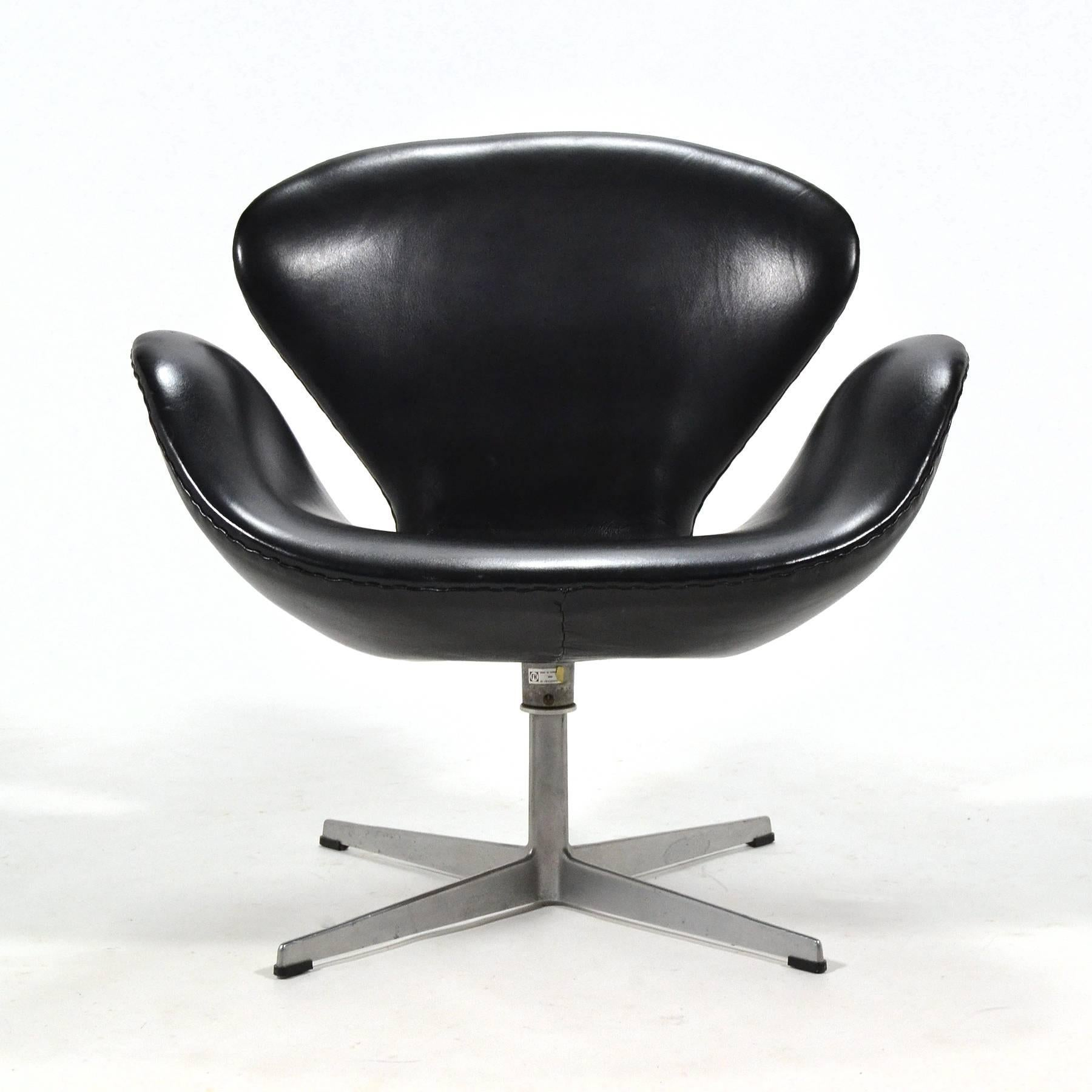 Arne Jacobsen Black Leather Swan Chair By Fritz Hansen For Sale At 1stdibs
