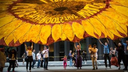 warga new york membuat bunga matahari raksasa dalam aksi unjuk rasanya