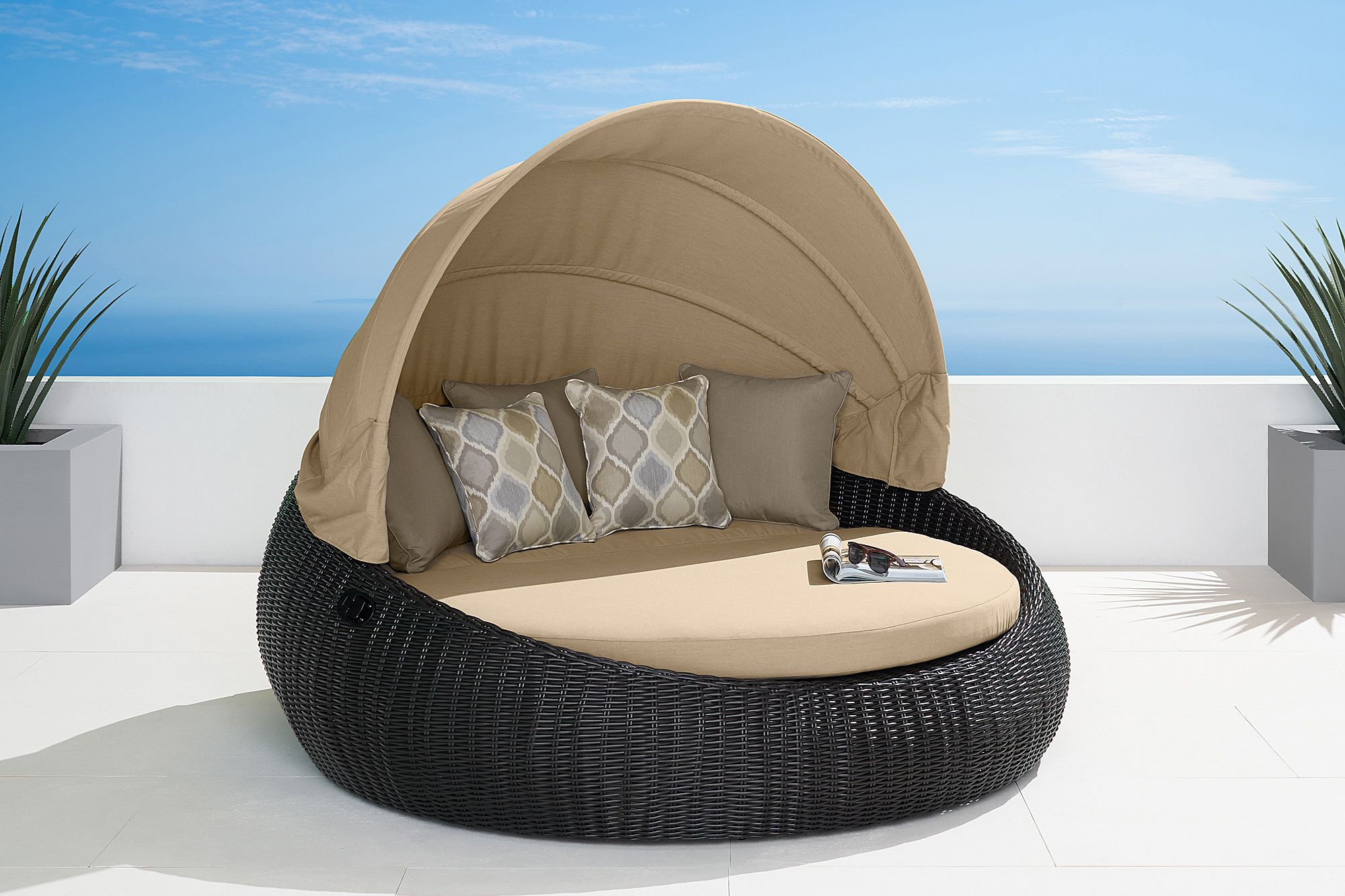 Pearl Daybed Outdoor Prestige Day Bed With Retractable Shade