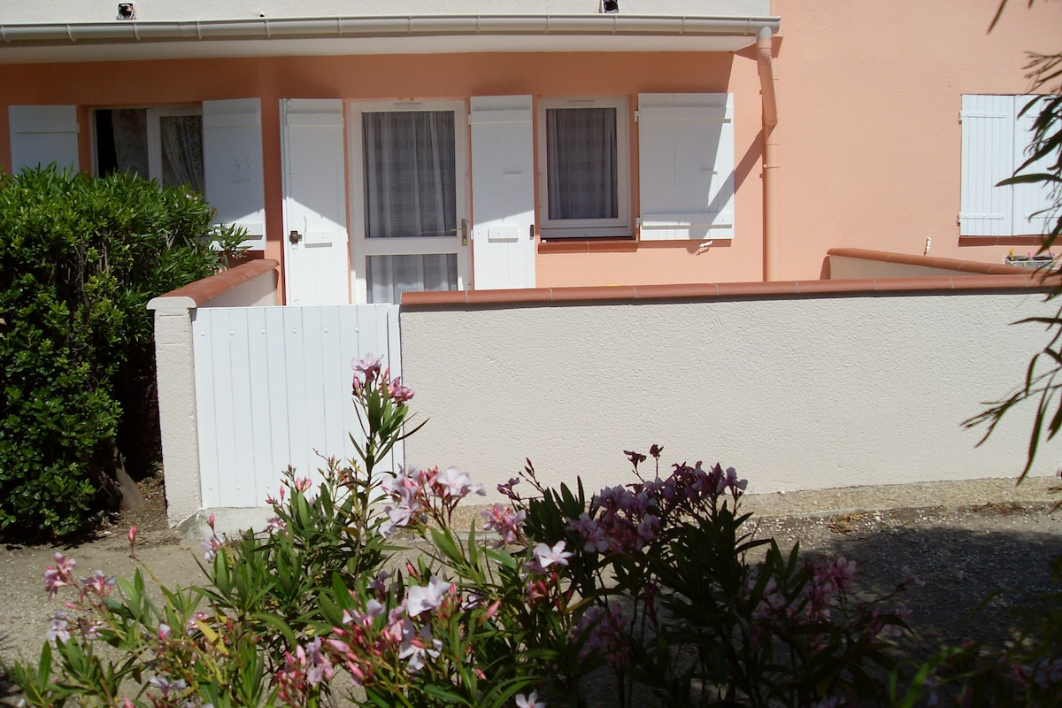 Pharmacie Terrasse Du Port Airbnb® | Saint-cyprien Plage - Vacation Rentals & Places