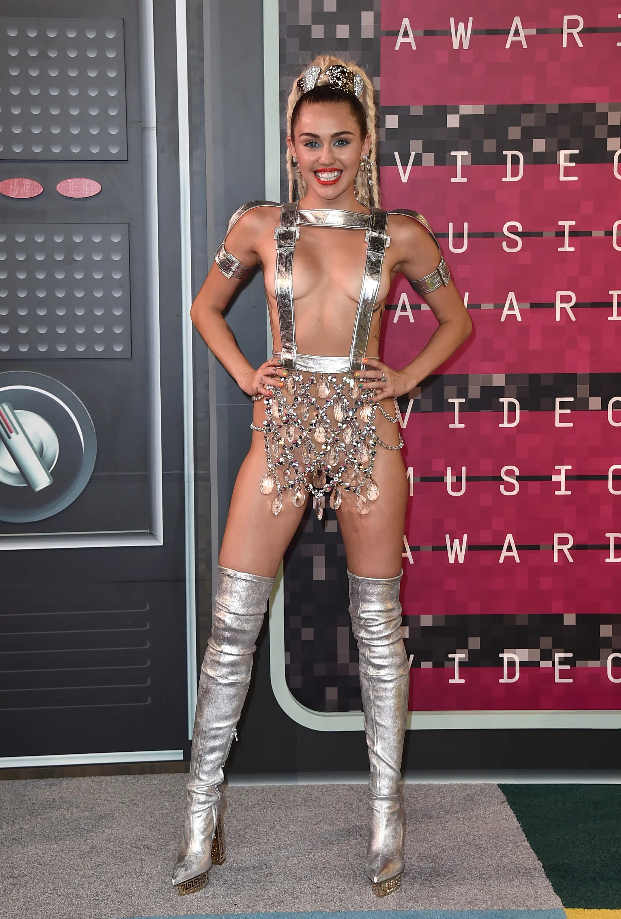 Miley Cyrus Alfombra Roja Miley Cyrus Hosts Vmas In Barely There Silver Straps Fox