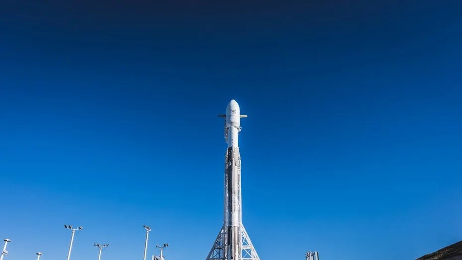 Mat D Eclairage Exterieur Spacex Delays Falcon 9 Rocket Launch Due To High-altitude