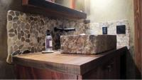 15 Bathrooms With Beautiful Stone Backsplash