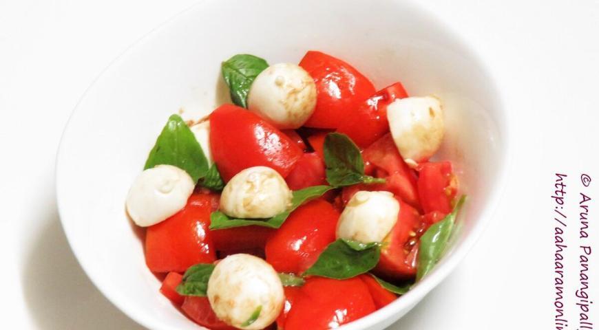 Bocconcini Salad with Tomato and Basil and Balsamic Vinegar Dressing