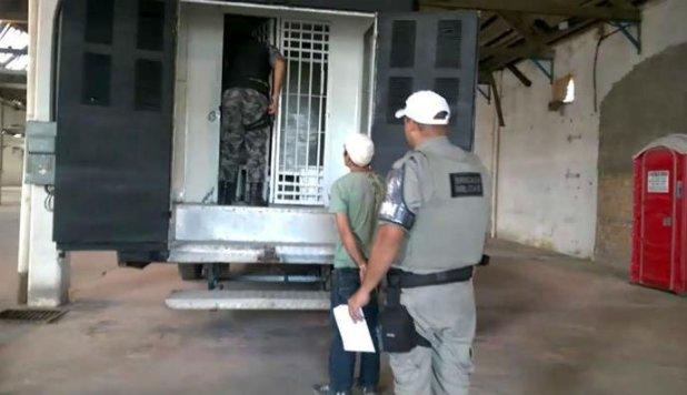 Ônibus-cela recebe primeiro preso em Porto Alegre   Foto: Reprodução / CP