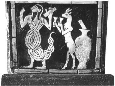 بخش پایینی از تزئینات یک چنگ باستانی که از آرامگاه شاهی در اور بدست آمده و بز کوهی را در حال سرو کردن جام های آبجو بدون نی نشان میدهد.که نشان از وجود آبجوی فیلتر شده در آن زمان دارد.موزه ی باستان شناسی و انسانشناسی دانشگاه پن فیلادلفیا