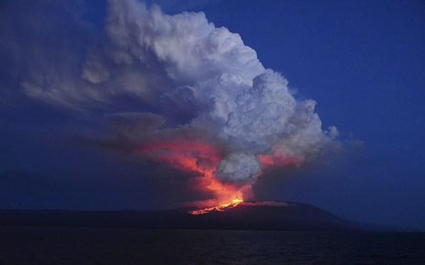 صور حول العالم بركان ينفث النيران في جزيرة إيزابيلا بغلاباغوس في الإكوادور