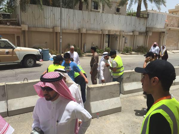 رجال الأمن والمواطنين يقومون بدور كبير في حماية المساجد رغم ارتفاع درجات الحرارة.