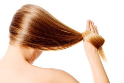 mujer-rubia-pelo-liso-suave