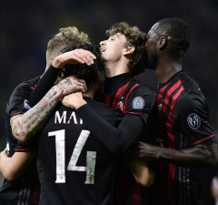 AC Milan's Chilian midfielder Mati Fernandez (2-L) celebrates with teammates after scoring a goal during the Italian Serie A football match AC Milan versus Genoa on March 18, 2017 at the San Siro stadium in Milan. / AFP PHOTO / MIGUEL MEDINA