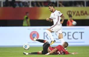 epa06161017 Suso of AC Milan (above) in action against Olsi Teqja of KF Shkendija (below) during the UEFA Europa League play-off second leg match between KF Shkendija and AC Milan in Skopje, the Former Yugoslav Republic of Macedonia, 24 August 2017.  EPA/GEORGI LICOVSKI