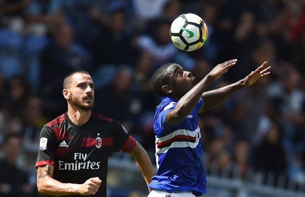 Sampdoria's Colombian forward Duvan Zapata (R) vies with AC Milan's Italian defender Leonardo Bonucci during the Italian Serie A football match between Sampdoria vs AC Milan at the Luigi Ferraris Stadium in Genoa on September 24, 2017. / AFP PHOTO / FILIPPO MONTEFORTE