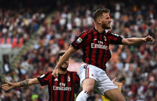 AC Milan's Italian defender Ignazio Abate (R) celebrates with teammates after scoring a goal during the Italian Serie A football match between AC Milan and Hellas Verona at the San Siro stadium in Milan on May 5, 2018. / AFP PHOTO / MIGUEL MEDINA