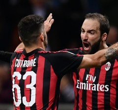 AC Milan's Argentinian forward Gonzalo Higuain (R) celebrates after scoring during the Italian Serie A football match AC Milan vs Sampdoria at the 'Giuseppe Meazza Stadium' in Milan,  on October 28, 2018. (Photo by MARCO BERTORELLO / AFP)
