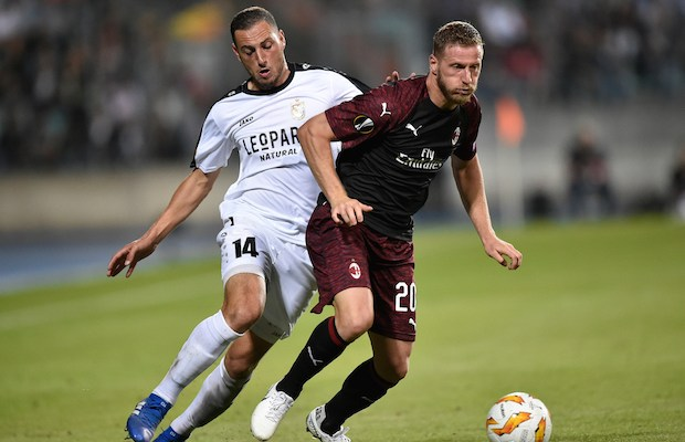 F91 Dudelange's French midfielder Clement Couturier (L) vies for the ball with AC Milan's Italian defender Ignazio Abate during the UEFA Europa League Group F football match between F91 Dudelange and AC Milan at the Josy Barthel Stadium in Luxembourg, on September 20, 2018. / AFP PHOTO / JOHN THYS