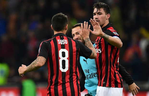 AC Milan's Italian defender Alessio Romagnoli (R) celebrates with teammates after scoring a goal during the Italian Serie A football match between AC Milan and Genoa at the San Siro stadium in Milan, on October 31, 2018. (Photo by Miguel MEDINA / AFP)