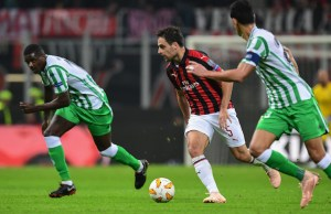 AC Milan's Italian midfielder Giacomo Bonaventura (C) runs with the ball during the UEFA Europa League group F stage football match AC Milan vs Real Betis on October 25, 2018 at the San Siro stadium in Milan. (Photo by Miguel MEDINA / AFP)