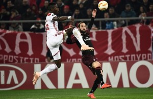 Olympiakos Piraeus' Pape Abou Cisse (L) vies for the ball with Milan's Gonzalo Higuain during the UEFA Europa league football match between Olympiakos Piraeus and AC Milan at the Karaiskaki stadium in Piraeus on December 13, 2018. (Photo by ARIS MESSINIS / AFP)