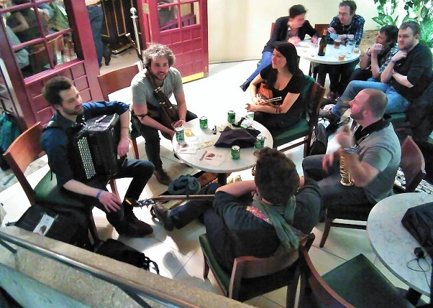 Folk Alliance International, Jamming in a restaurant