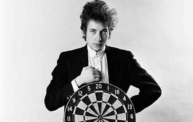 bob-dylan-with-dartboard-nyc-1965