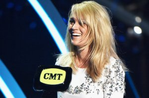 cmt-awards-carrie-underwood-win-2015-billboard-650