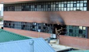 viedma - 27/07/15 Por estos techos del poder judicial habrian accedido las personas que predieron fuego las oficinas del juez carlos mussi foto marcelo ochoa