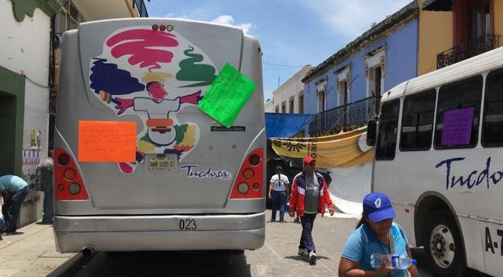 Retienen maestros camiones del dueño de autobús accidentado hace un año, exigen indemnización (16:21 h)