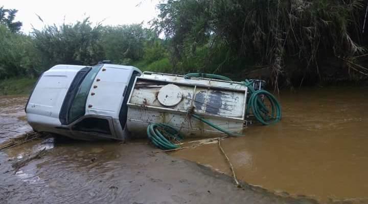 Pipa queda atascada en río de San María Atzompa (10:19 h)
