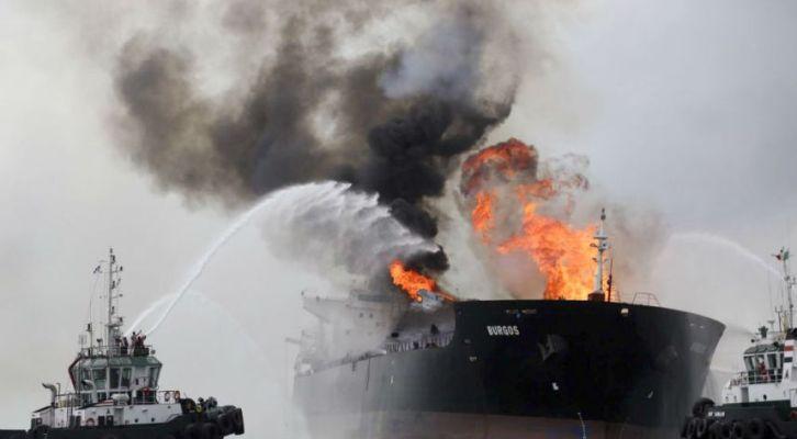 Reportan derrame por incendio de buque en Veracruz; Pemex lo descarta (10:00 h)