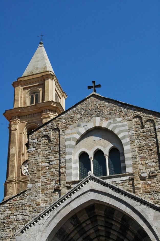 """La Cattedrale dell'Assunta di Ventimiglia, in provincia di Imperia: sul sagrato ha luogo una scena topica del romanzo """"La Rosalinda"""""""