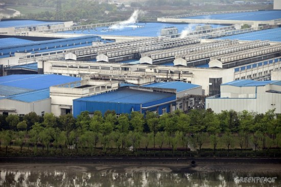 The Youngor textiles factory discharges toxic chemicals into Fenghua River.