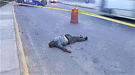 Hombre muere tras caer de un tráiler al pasar por enorme bache en Neza
