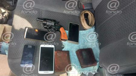 Los sujetos tenían en su poder varias carteras y celulares.
