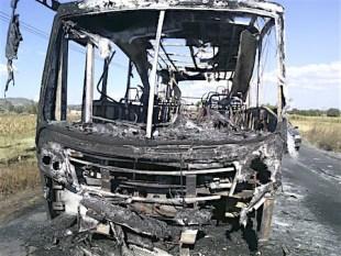 Delincuentes roban a pasajeros y queman autobús en Edomex