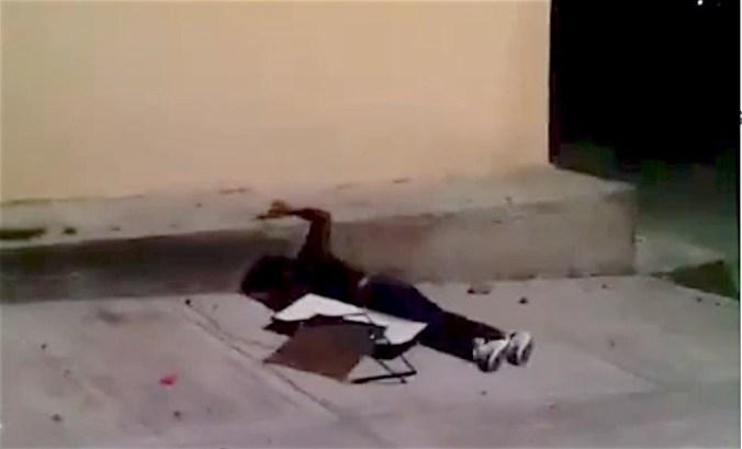 VIDEO: Ladrón cae de segundo piso con una pantalla robada en Ecatepec