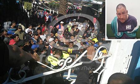 Los policías lograron rescatar al sujeto de la multitud.