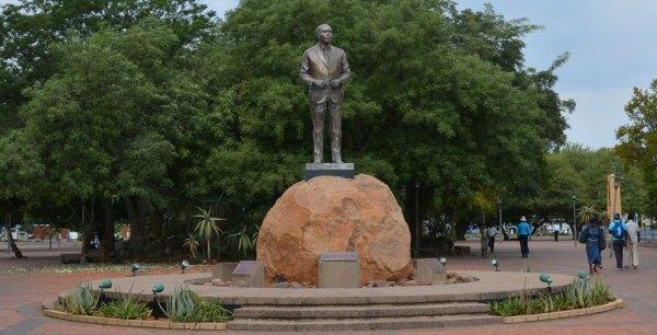 初代大統領 銅像(ハボロネ市)