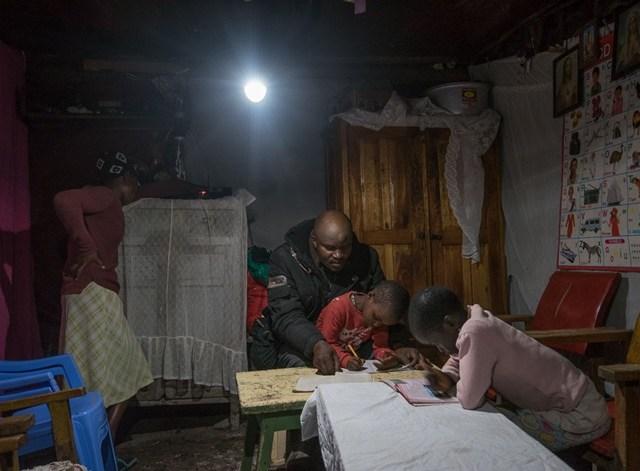 住友商事、東アフリカで割賦型ソーラーホームシステムを展開するM-KOPA社に出資参画へ!