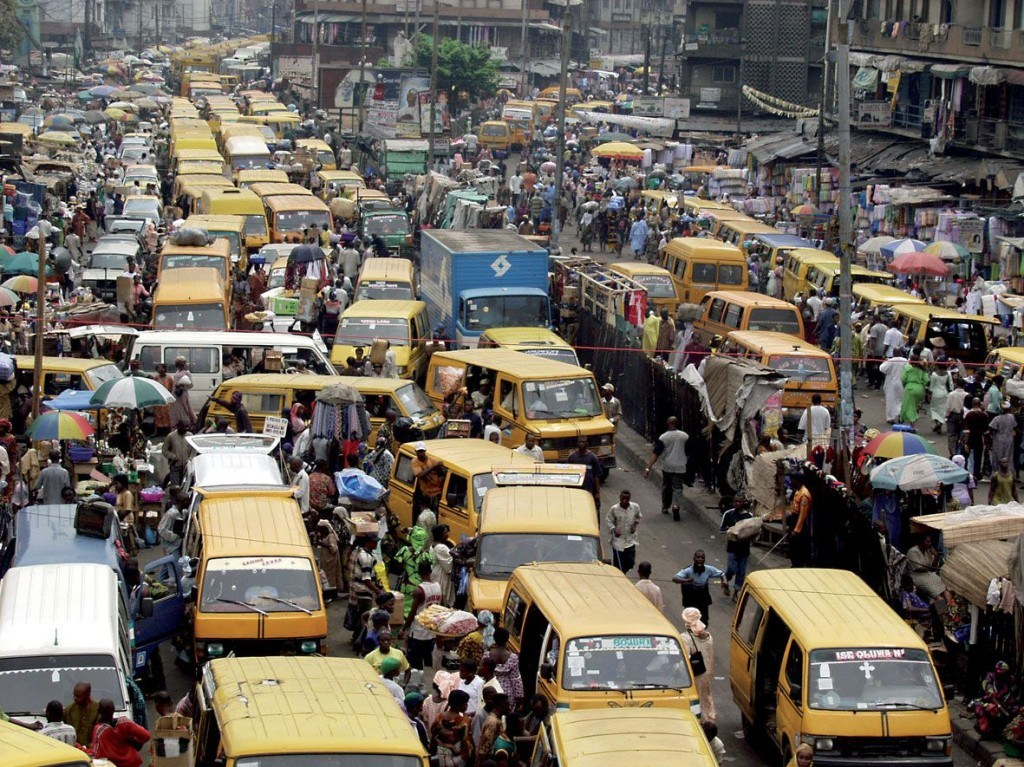 Foto druk verkeer in Lagos, Nigeria. Als voorbeeld; graag keuzebeelden  Traffic jams form along Nnamdi Azikiwe street in Lagos January 22, 2003. Drivers in Lagos are stopping to gape at UFOs - unidentified flashing objects - that have been mysteriosly appearing at busy intersections around the city of Lagos, the commercial nerve centre of Nigeria. REUTERS/George Esiri  GE/GB