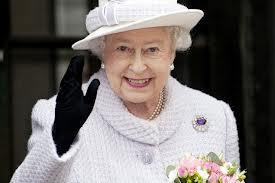 La reine Elizabeth a baptisé vendredi un porte-avions géant à son nom