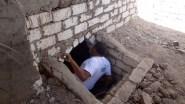 (+صور مخيفة)مسؤول مصري يفتح قبر والديه وينام إلى جانبهما ساعة كاملة