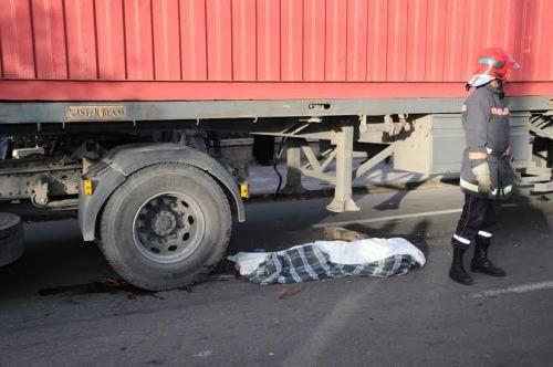 شاحنة تدهس صاحب دراجة نارية وتقتله على الفور على مشارف مركز أيت عميرة