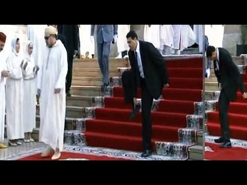 طريف:(+فيديو). حارس الملك يفقد حذاءه وتوازنه بعد صلاة الجمعة