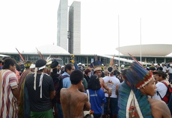 Brasília, 01/10/2013 - Um grupo de índios e ativistas do Greenpeace, realizaram na manhã desta terça-feira (1º) uma manifestação contra a PEC 215, que altera as regras para demarcações de terras indígenas